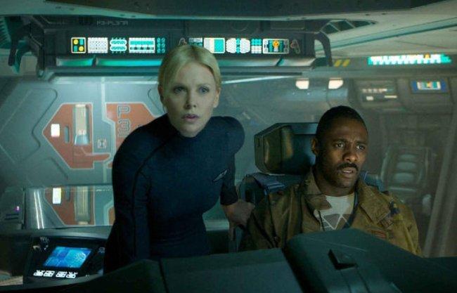 Charlize Theron e Idris Elba en una escena de Prometheus