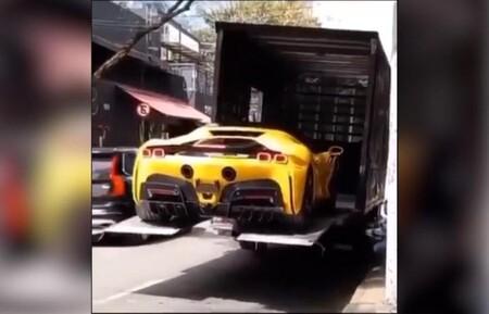Cómo no bajar un Ferrari SF90 Stradale de cerca de medio millón de euros de un camión, en vídeo