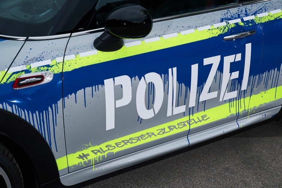 Foto de Mini JCW vestido como auto de policía (7/7)