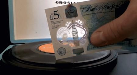 El nuevo billete británico de 5 libras tiene una función secreta: reproductor de vinilos