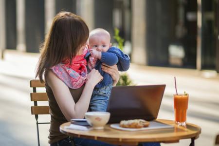 Mama En Una Terraza Con Su Bebe