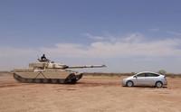 ¡Mirad, mirad! Este tanque aplasta un Toyota Prius