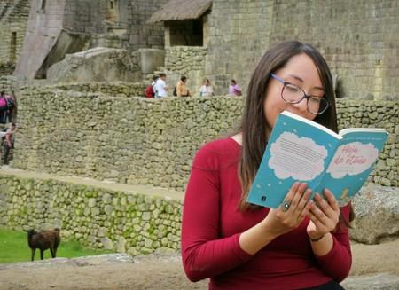 Catalina Paz posando con su libro