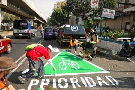Si no hay carril bici, pues lo pintamos nosotros