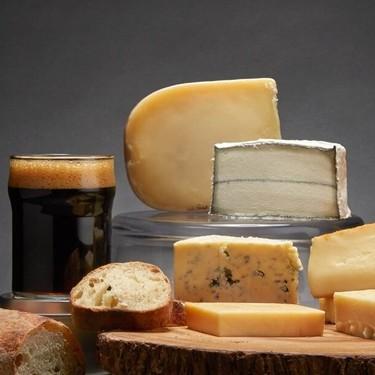 Estos son los mejores maridajes de cervezas artesanales con quesos