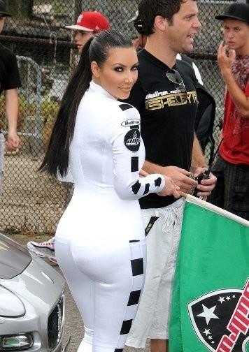 Kim Kardhasian, embutida de blanco cual longaniza de carnicería