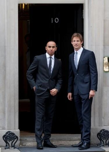 Hamilton y Button, dos pilotos de lo más elegante y solidario