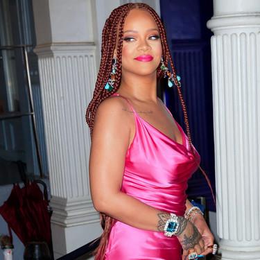 Rihanna cambia de look y luce sus fabulosas curvas en un minivestido fucsia
