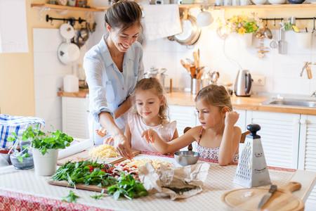 Guía para cocinar con los niños en casa en tiempos del coronavirus: en qué pueden ayudar (y en qué no)