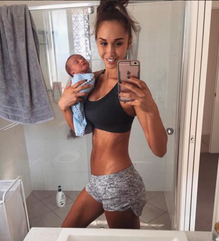 La mamá fitness vuelve a ser blanco de las críticas por hacerse una selfie sin sujetar la cabeza de su bebé