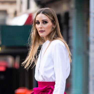Camisa blanca y falda fucsia, la mezcla cromática de moda esta temporada que luce Olivia Palermo