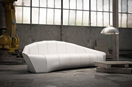 Blanco, minimalista y con nombre de dirigible, un sofá diferente para tu salón