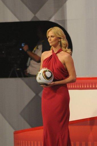 El look de Charlize Theron en el sorteo del Mundial Sudáfrica 2010