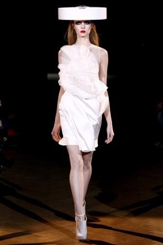 Givenchy Alta Costura Primavera-Verano 2010: una colección dominada por las transparencias. Formas