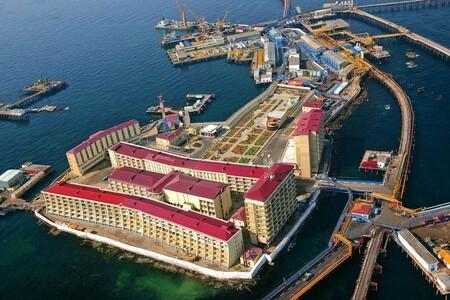 Bienvenidos a Neft Dashlari, la ciudad del petróleo que creció sobre barcos hundidos para orgullo de la URSS