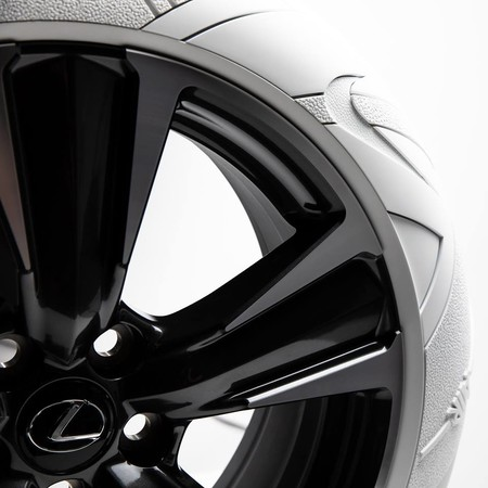 Lexus UX estrena neumáticos inspirados en los tenis Nike Air Force 1
