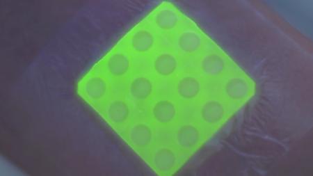 Esta venda se vuelve fluorescente para decirle al médico si una herida se está infectando