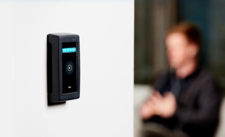 Esta cerradura electrónica y conectada permite la gestión del control de accesos aunque no tengamos acceso a la red de datos