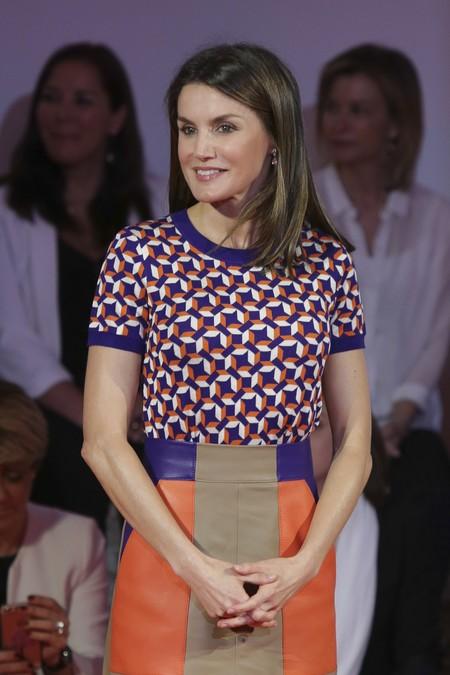 El look más actual de la Reina Letizia, con falda de cuero y print retro