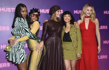 Jennifer López, con un look muy otoñal, y Cardi B, con un vestido ajustadísimo, se convierten en las reinas de Hustlers