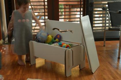 Banco de cartón para guardar juguetes