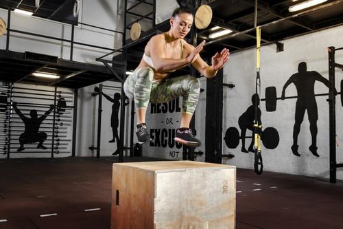 Cómo hacer los saltos al cajón de CrossFit de forma correcta: conoce su técnica y los músculos implicados
