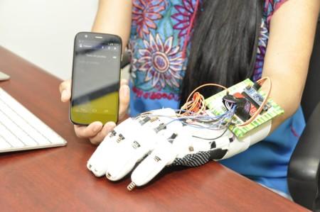 Con este guante creado en el IPN pretenden traducir la lengua de señas a texto