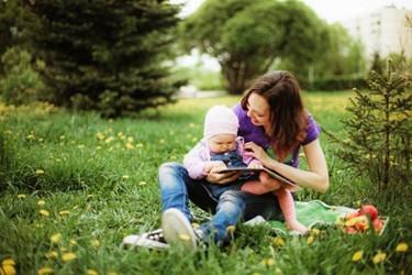 A los 9 meses el bebé puede reconocer una imagen de un objeto conocido en un libro