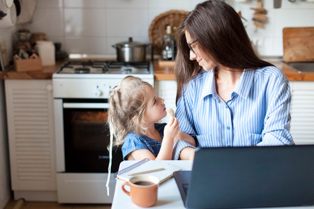 Madre Trabajo Hija Casa