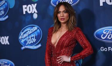 Jennifer López se enfunda un mono sexy y rojo en la final de American Idol