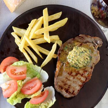 Receta de la salsa Café de París, la mantequilla compuesta que es perfecta para el entrecot y otras recetas de carne