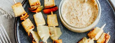 Brochetas de tofu con piña y pimiento. Receta vegetariana