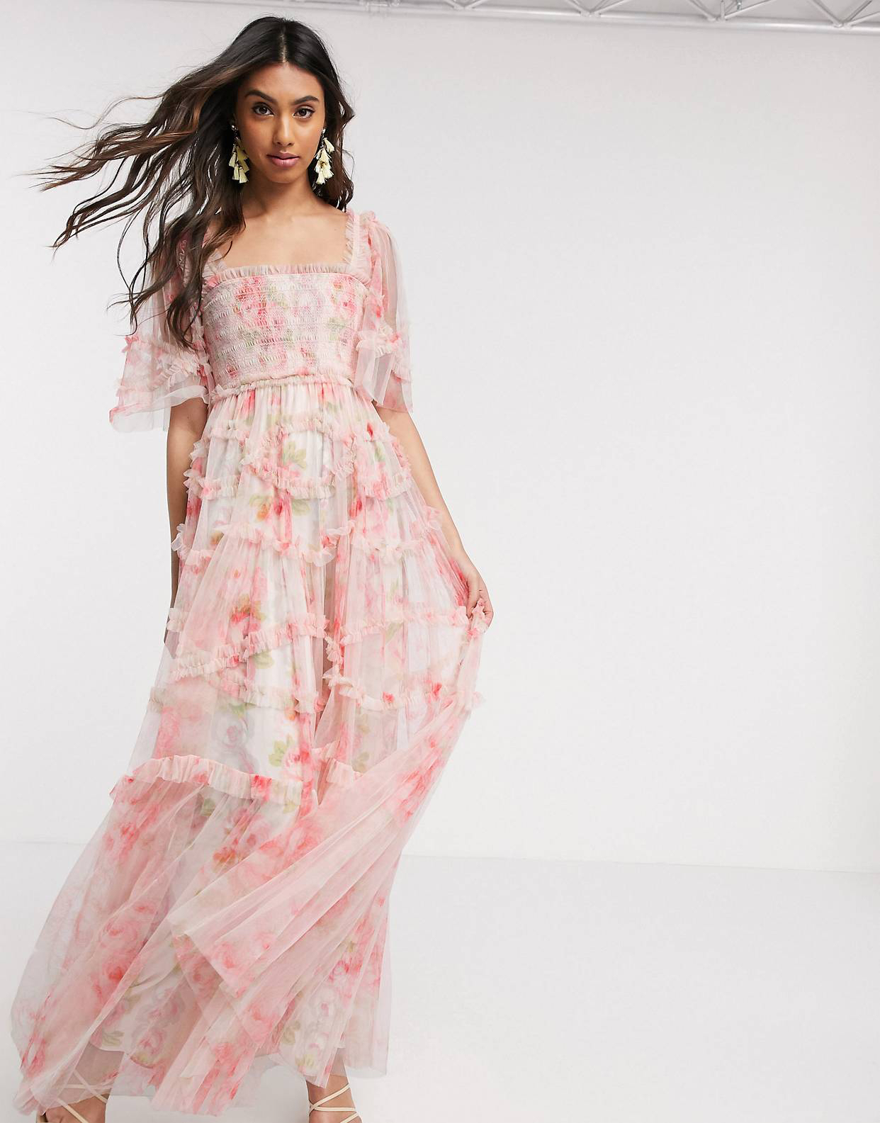 Vestido largo fruncido con estampado de rosas primaverales de Needle & Thread