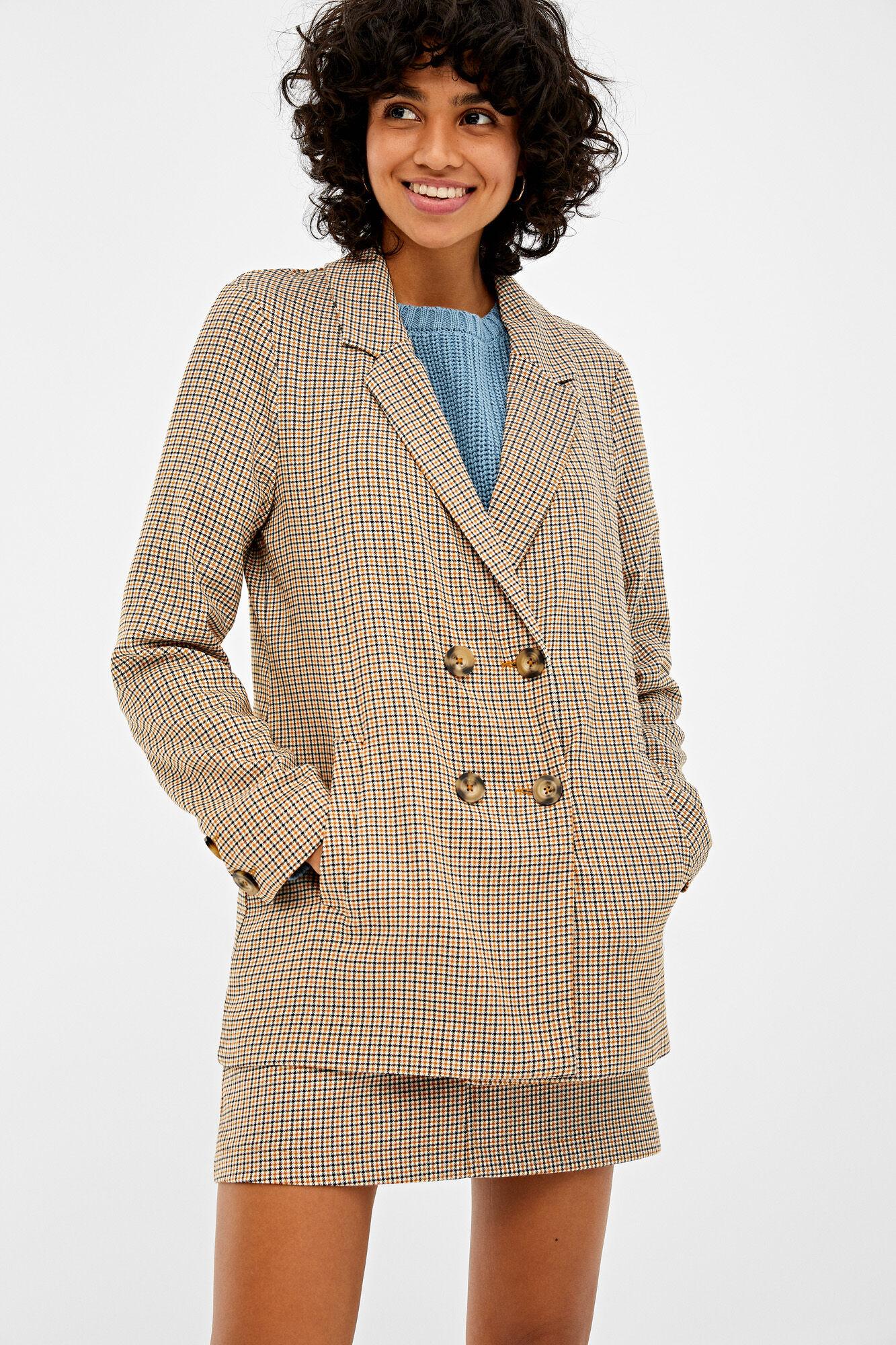 Americana con cuello con solapas, con bolsillos en los laterales, con doble abotonadura y estampada con cuadros.