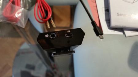 Detalle de la conexión USB y entrada de audio analógica