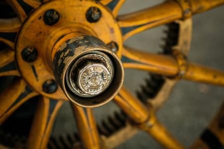 Detalle de la rueda, al centro se ve la indicación
