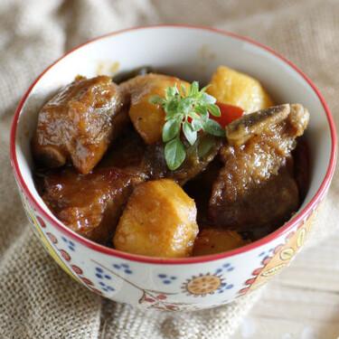 Costilla de cerdo agridulce con melocotones: receta de aires asiáticos para viajar en la mesa