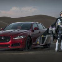 Video: insólita competencia entre un Jaguar XJR MY16 y un hombre volador