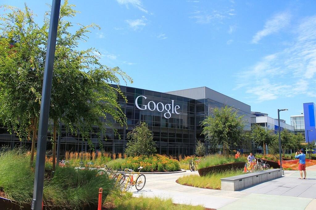 Google reinventa sus oficinas para el trabajo híbrido: reuniones en carpas, paredes hinchables o sillas con pantallas para teletrabajadores