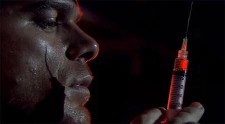 Dexter con su arma habitual para capturar a sus víctimas
