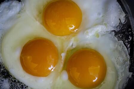 Riesgos de consumir huevos crudos
