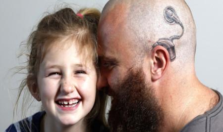 Un padre se tatúa un implante en la cabeza como muestra de apoyo a su hija sorda