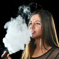 Vapear o fumar en el embarazo es igual de nocivo para el bebé: pueden causar enfermedades pulmonares