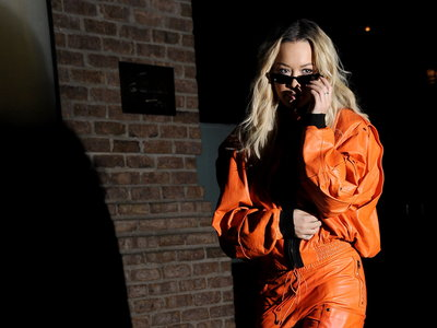 'Orange is the new black' y Rita Ora lo tiene claro: ¿te atreverías con este look tan naranja de la cantante?