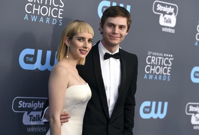 Emma Roberts presume de estilo vintage sobre la red carpet de los Critics' Choice Awards