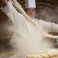 Chef rompe Récord Guinness del noodle más grande del mundo que mide lo que 4 Ángeles de la Independencia