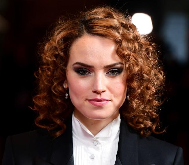Daisy Ridley se suma a la tendencia del esmoquin en la alfombra roja con el look más vintage de su armario