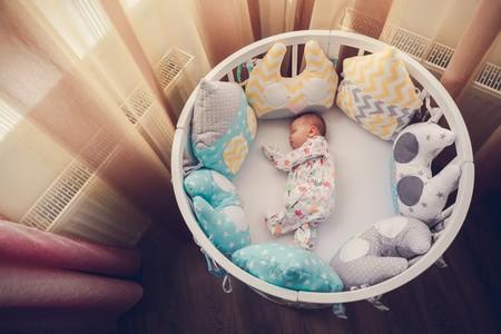 bebé en su cuna