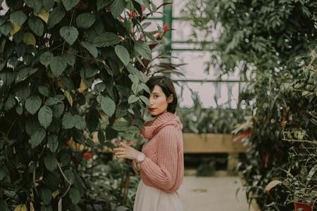 Mujer mirando desde un ivernadero
