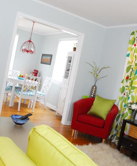 Un salón en rojo y verde